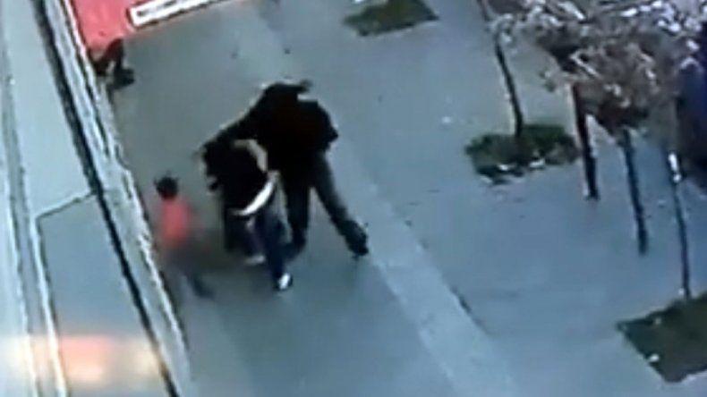 Captura de la brutal agresión. El video se viralizó en las redes sociales.