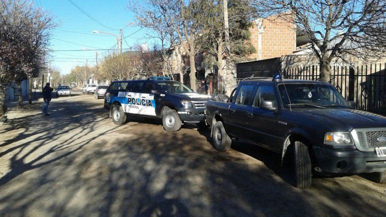 El procedimiento lo realizó al Policía Federal en la calle Los Mayas al 500 de Centenario. Secuestraron computadoras