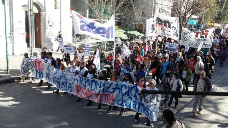 Los docentes marchan por el centro de Neuquén: aseguran que el acatamiento al paro fue casi total