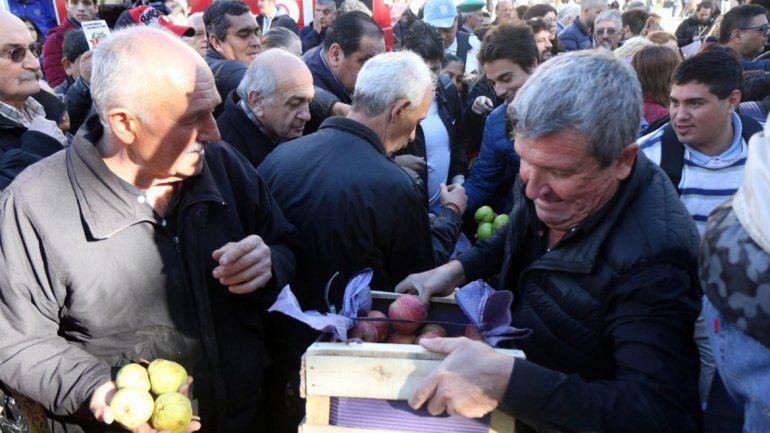 Macri comprometió ayuda del Estado para los productores frutícolas