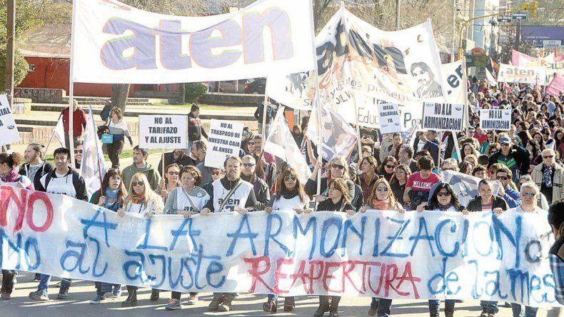 Más de mil docentes marcharon ayer desde el Monumento a Casa de Gobierno