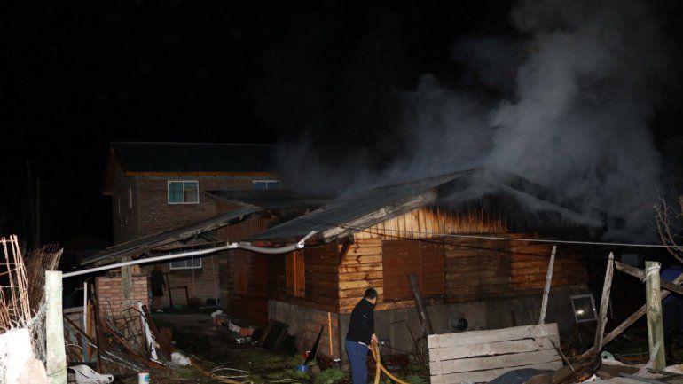 Las llamas afectaron una vivienda en el barrio Provincial de Junín de los Andes.