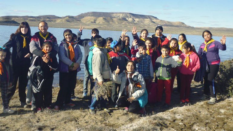 Los chicos recolectaron basura en las márgenes de la laguna.