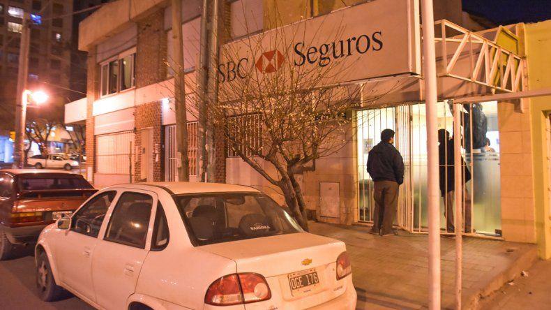El asalto ocurrió en una aseguradora del centro neuquino a plena luz del día. Tras dar el golpe