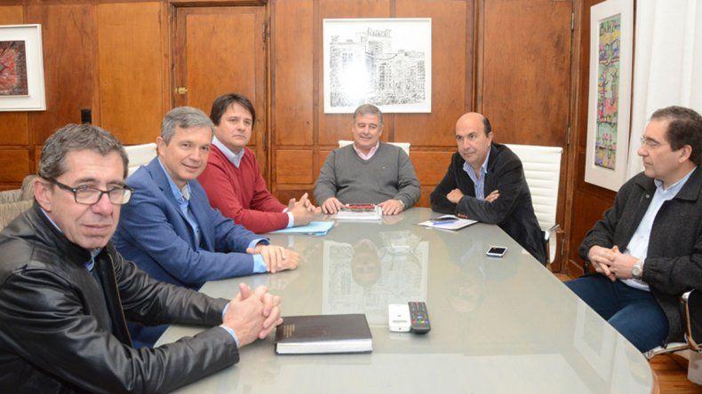 Representantes de la municipalidad capitalina y del gobierno reunidos.