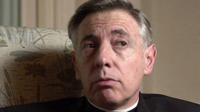Héctor Aguer dice que hay escenas de petting en la puerta de su catedral.