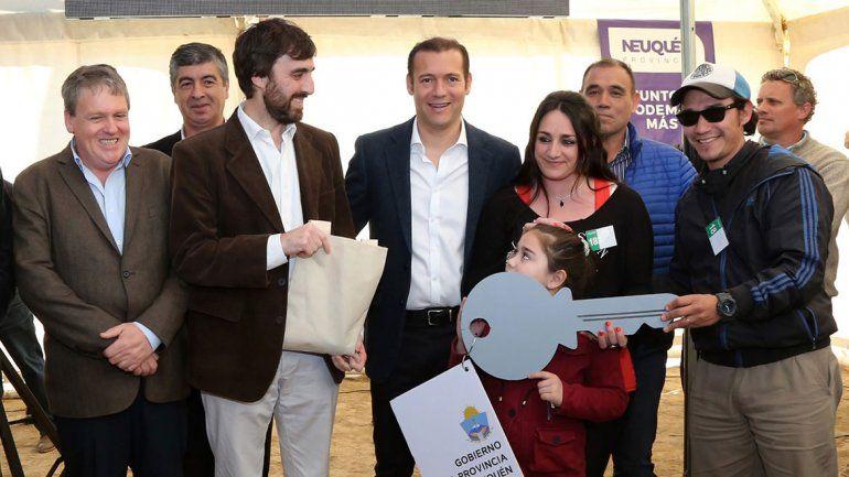 El gobernador Omar Gutiérrez encabezó ayer a la tarde la entrega de las casas