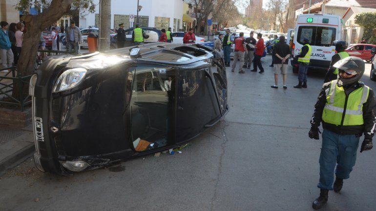 Una mujer resultó herida tras un tremendo choque y vuelco en pleno centro