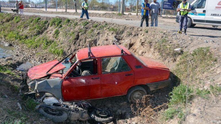 Un auto y una moto cayeron al canal luego de chocar en la esquina de Chocón y Tronador