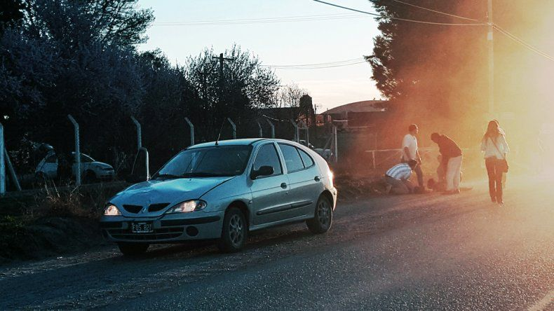 La mujer cayó en la banquina tras ser chocada por el Renault Megane.