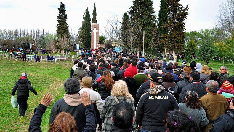 Miles de feligreses fueron a Chimay a presenciar la vigilia del santito mapuche a la espera de milagros.