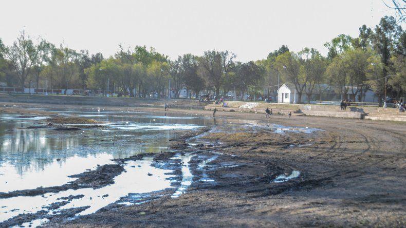 Los balnearios estuvieron nuevamente colmados de visitantes. El caudal del Limay y alguno de los brazos vienen con poca cantidad de agua.