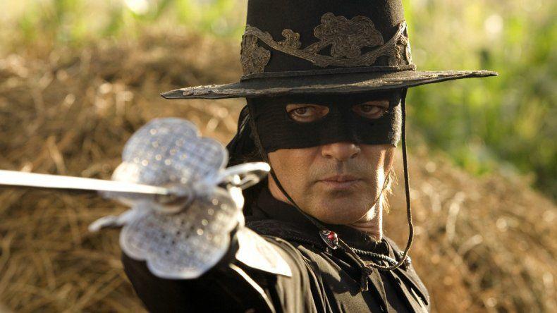 Lo detuvieron por estar disfrazado de El Zorro en un aeropuerto