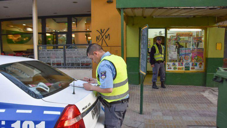 La Policía trabajó en la agencia de quiniela minutos después del robo. La empleada le dio las características de los ladrones