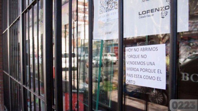 Tuvo que cerrar su negocio y dejó un llamativo cartel