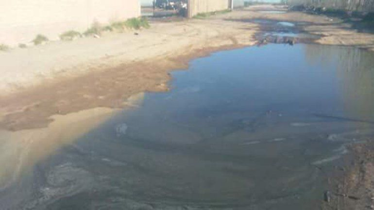 Denuncian derrame de agua empetrolada de un lavadero clandestino