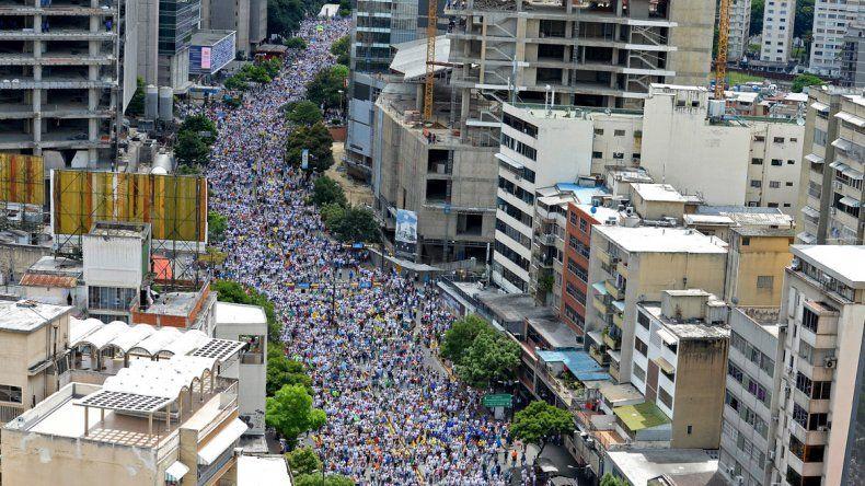 Cientos de miles de opositores marchan para exigir un referéndum