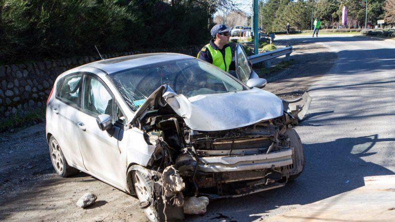 Perdió el control de su auto y chocó contra un poste