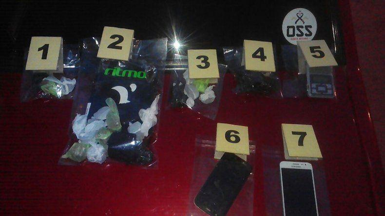 Los detenidos tienen 22 y 27 años. Llevaban 21 bagullos de marihuana listos para vender. Fueron puestos a disposición del juez federal que los liberó.