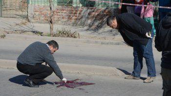 Los peritos de Criminalística de la Policía realizaron el hisopado en la escena del crimen, en calle Antártida Argentina casi esquina Colón.