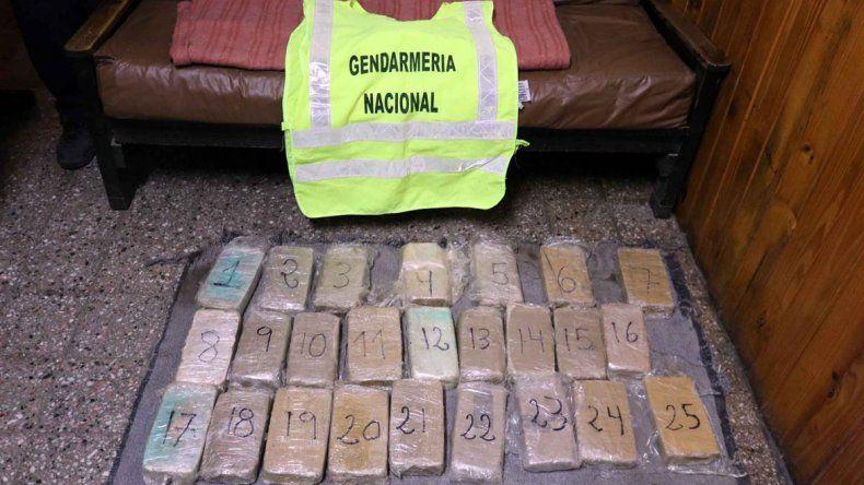El perro de Gendarmería detectó la droga en los paneles laterales de un VW Fox que circulaba por la Ruta 40. Los 25 ladrillos de cocaína y dos de los tres jóvenes detenidos por la Policía.