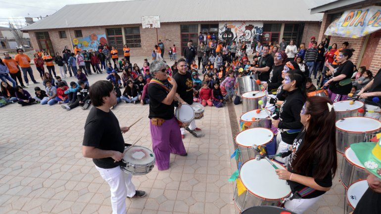 La murga Cosa é Negro hizo bailar a los chicos y también a los grandes.