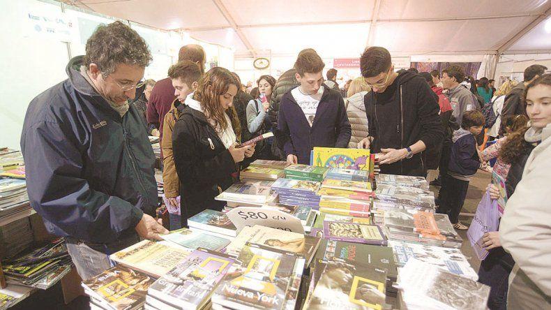 Felipe Pigna (arriba) autografió libros y charló con un pequeño admirador.