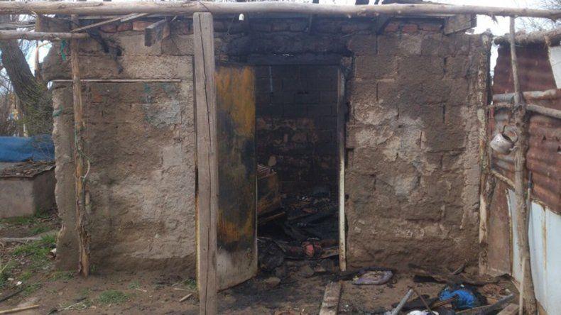 Un incendio consumió una precaria vivienda