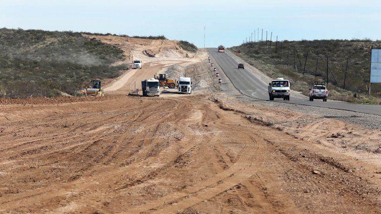 Las máquinas trabajan a paso firme en la Ruta 51. Cuando se terminen los cuatro carriles