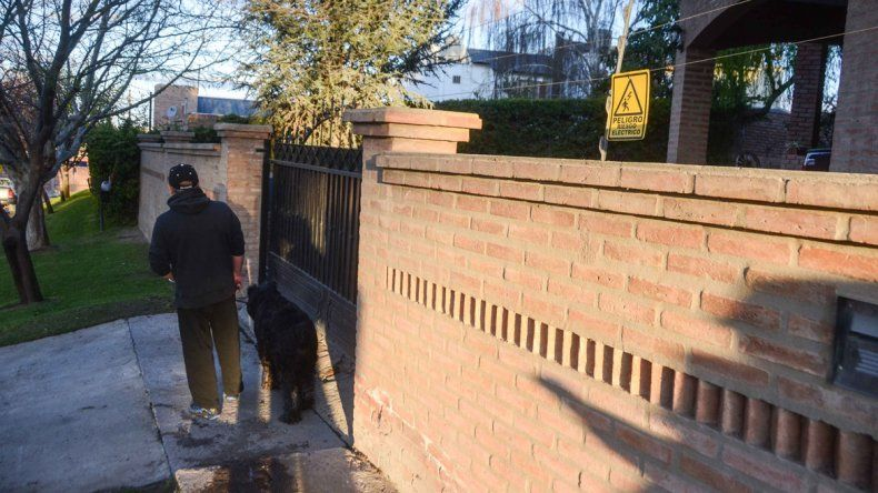 El dueño de una casa ubicada en calle Basavilbaso al 1400 y el cerco electrificado que puso luego de un robo.