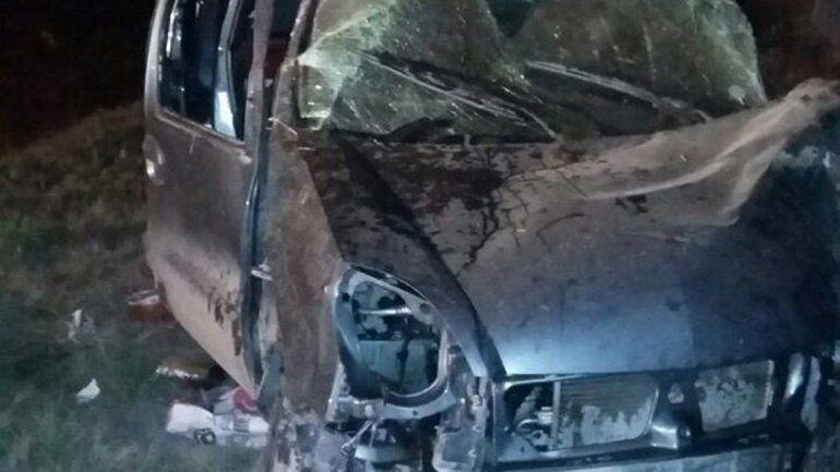 La Peugeot Partner quedó destruida después del vuelco.