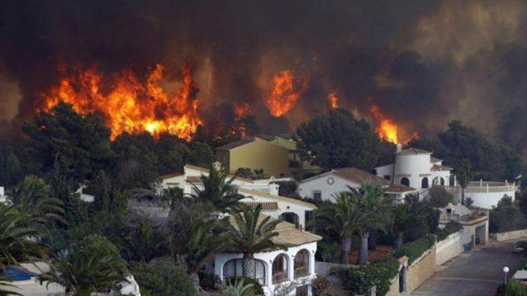 El fuego cerca las localidades españolas de Jávea y Benitatxell.