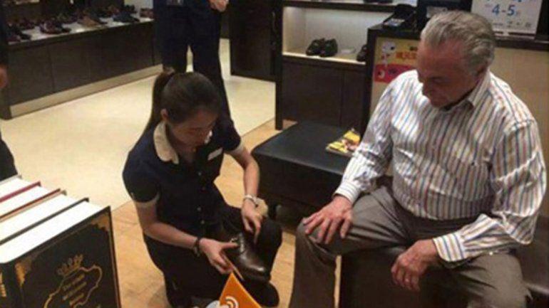 Temer probándose zapatos chinos. En Brasil generó bromas y broncas.