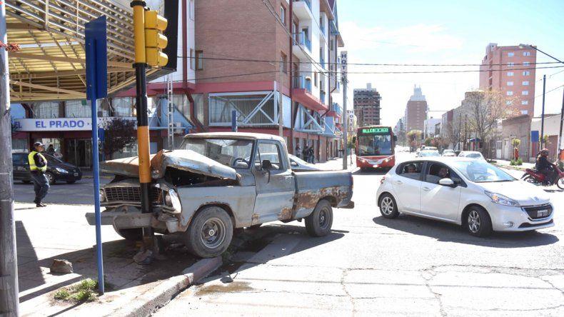 Frenó chocando contra el semáforo para evitar un accidente en cadena