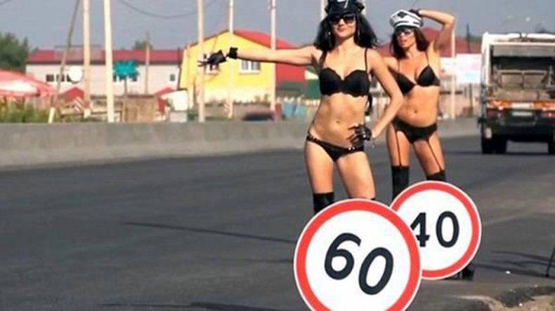 Chicas semidesnudas para que los conductores no manejen tan rápido.