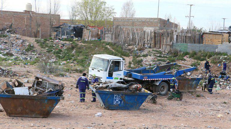 Las cuadrillas de operarios trabajaban en el cañadón del barrio Z1.