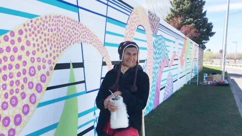 Marianela Tisberger y Petu De Mareca están pintando el mural en el río.