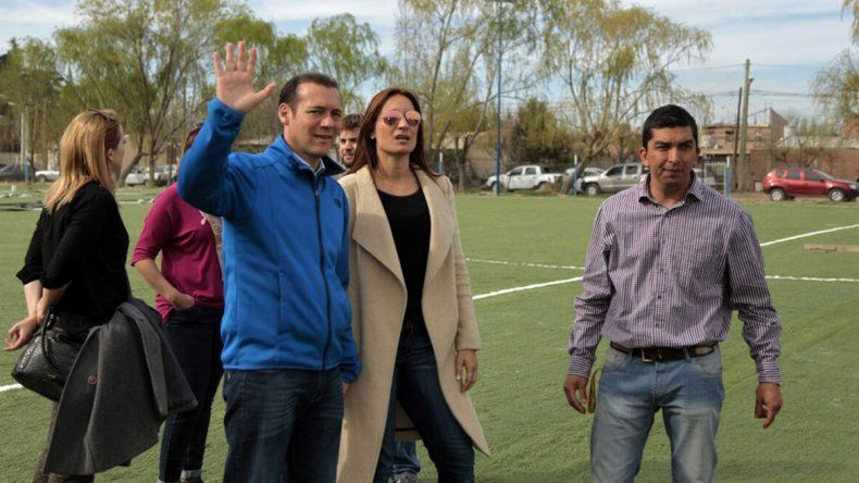 El gobernador visitó en Alta Barda una cancha de césped sintético.