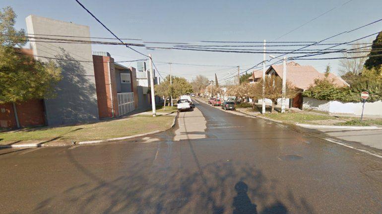 Nuevo ataque de motochorros: rompieron el vidrio de un auto en movimiento y robaron una cartera