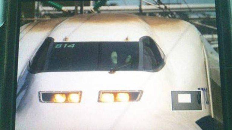 Ahí se ven los pies del conductor de un tren que vuela a unos 285 km/h.