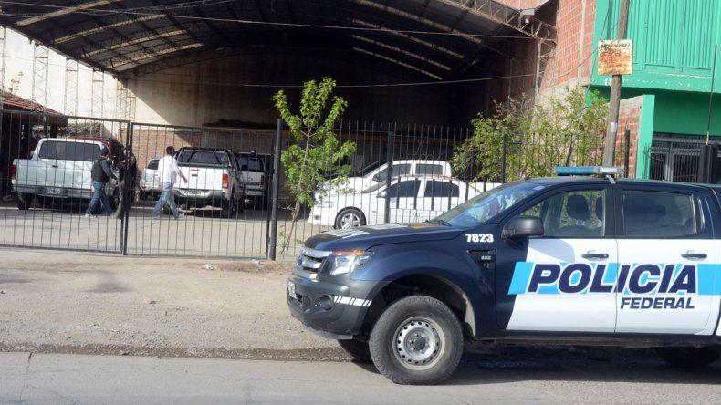 En Neuquén se allanaron dos concesionarias (arriba y derecha). En Mar del Plata secuestraron autos de alta gama y una lancha. Hubo ocho personas detenidas por asociación ilícita.