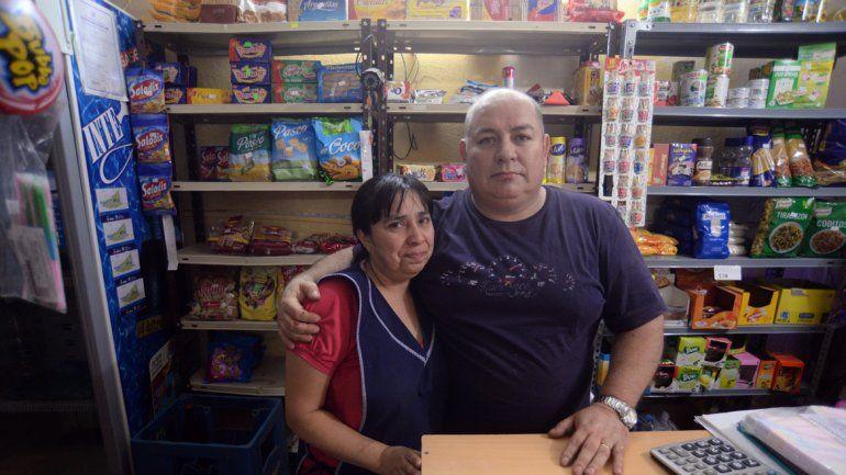 Walter y su esposa en el almacén.