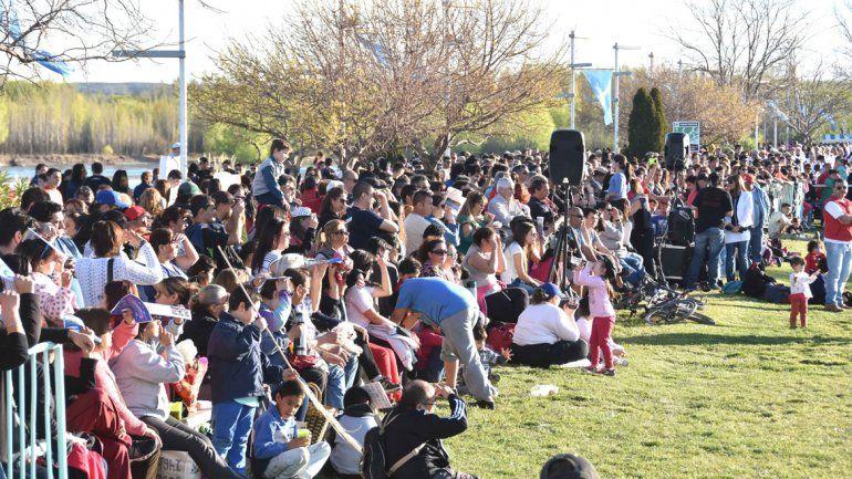 Una multitud se acercó al Paseo de la Costa para disfrutar de la antesala de los festejos