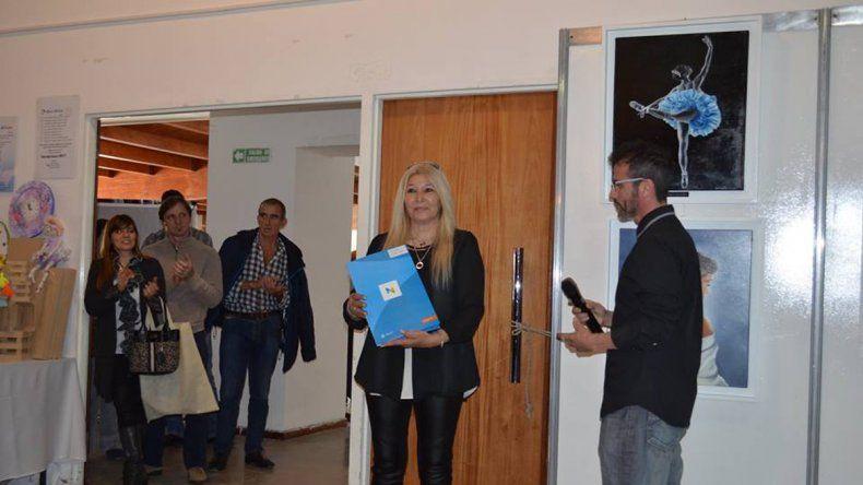 Raquel Guerra recibe la ordenanza con la declaración de Interés Municipal de la segunda edición de Neuquén Arte 2016.