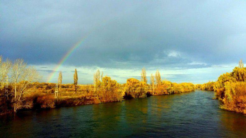A Roberto le gusta la vista del río Neuquén desde el puente carretero.