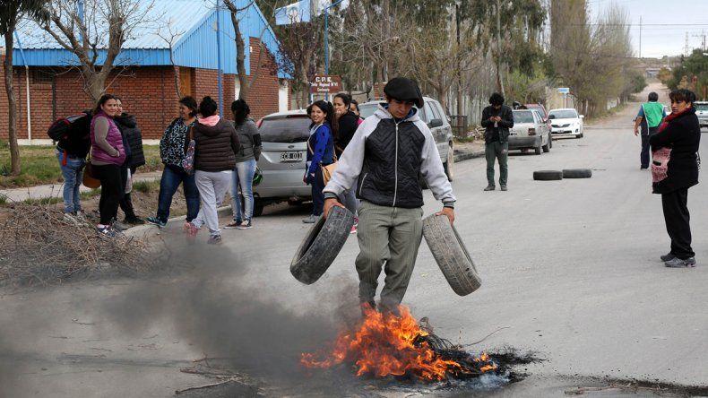 Porteros cortaron la calle en reclamo de los sueldos atrasados