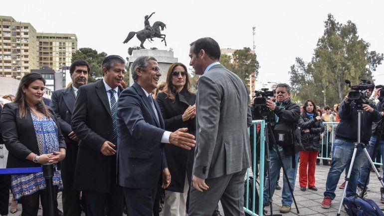 Horacio Quiroga saluda a a Omar Gutiérrez durante el acto por un nuevo aniversario de la capital.