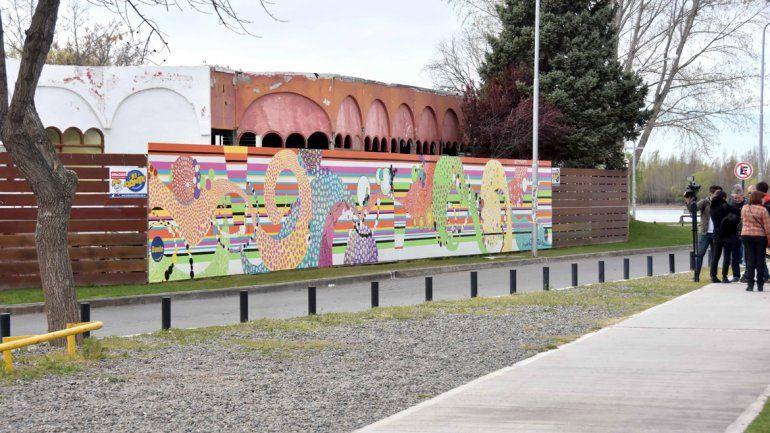 El mural se colocó sobre un costado de la calle Democracia.