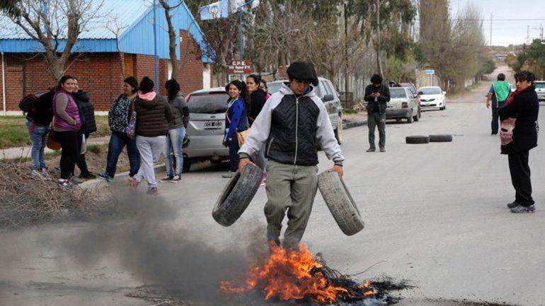 La protesta frente al Distrito 6 incluyó quema de neumáticos.