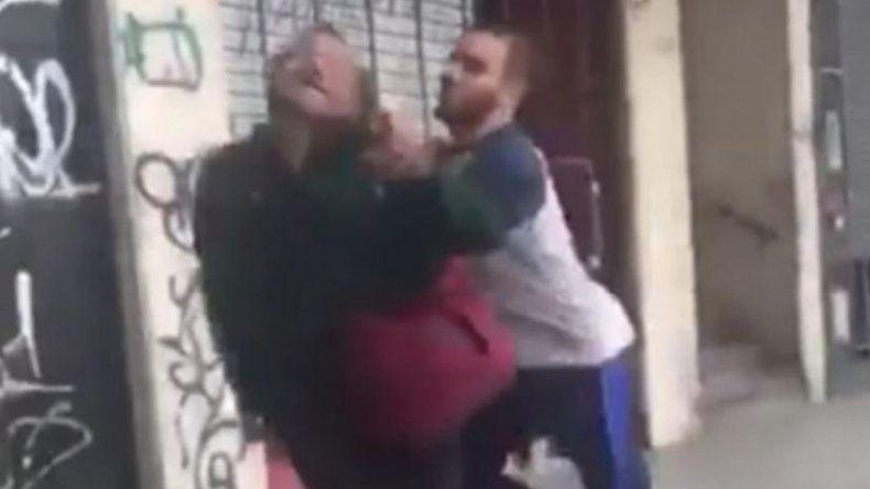 Un rugbier golpeó a un hombre de la calle y salió corriendo